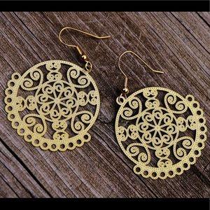 Jewelry - Delicate gold dangle earrings